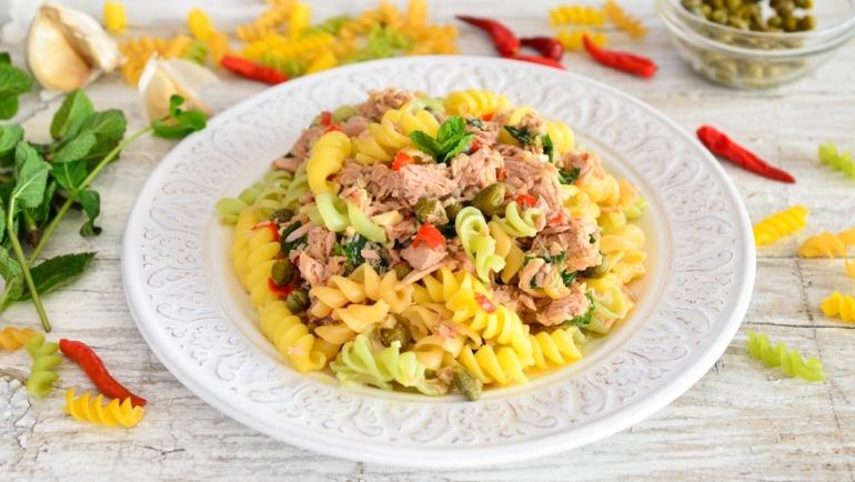Fusilli tricolori salata s tunom i čilijem